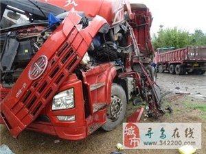 寻乌:货车司机弯道超车引事故,一司机被困受伤,车辆严重受损,现场一片狼藉!