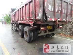 寻乌留车发生一起货车相撞事故,司机被困受伤,车辆严重受损,现场一片狼藉!