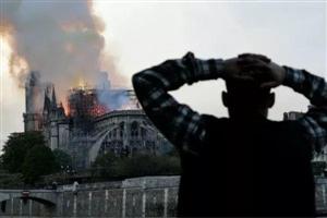 巴黎圣母院标志塔尖倾倒