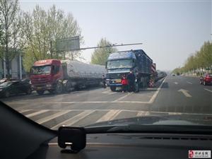 博兴205国道上发生的惊险一幕!希望看到的的士司机朋友引以为戒……