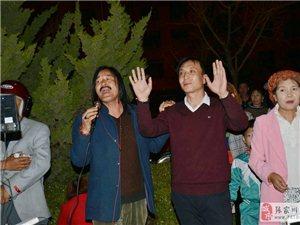 昨晚,张家川网红在广场开了一场直播演唱会,围观的观众过足了眼瘾