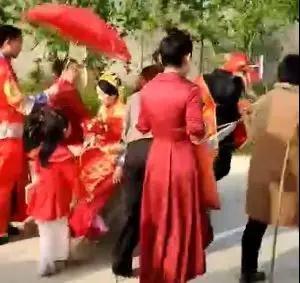 闹婚!潢川一对新人结婚,公公和儿媳妇儿竟被这么整...