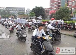 滑县小孩自己骑电车出事了,家长们可长点心!
