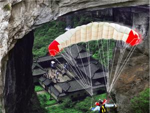 五一去哪里?去武隆天坑,��C世界首次低空跳�愦┰教焐�三��