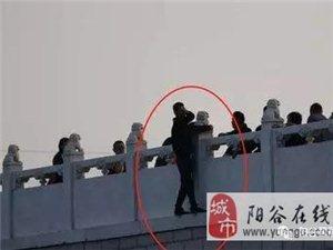 �谷南湖有人跳湖�p生,幸�被公安�c�嵝氖忻颀R心合力救下!