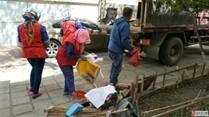 清理乱堆乱放  美化社区环境