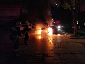 路边小车燃起大火,消防员到场紧急处置