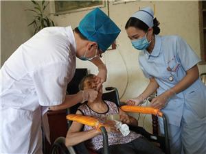 博士院长上门为85岁瘫痪老人镶牙