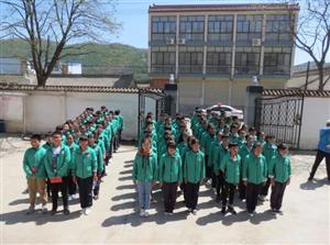 打造第二课堂,共育法治观念�D�D门镇中学组织部分师生参观张家川县人民法院