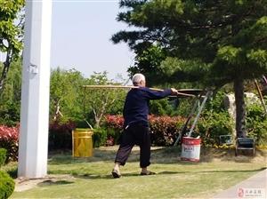 小沂河公园里的老园丁