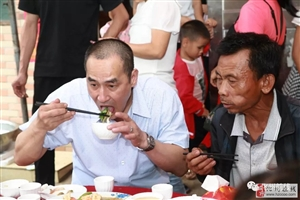 台湾籍华人回化州寻亲问根,全村人欢迎。