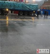 小心!越野车撞上大货车!有人受伤!雨天行驶,安全第一!