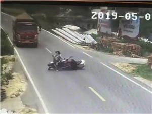 【监控视频】7日鸦滩镇古炉村附近运沙车翻车交通事故监控视频曝光!