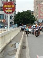 险!化州一辆小车骑上民主桥隔离带,点回事?