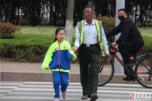 九载寒暑,风雨无阻,看看莒县这位老人的护学路