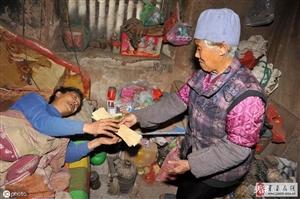 莒县70岁母亲照顾49岁瘫痪在床的儿子,27年如一日就像照顾婴儿一样