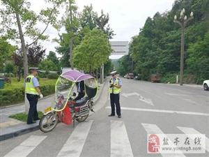 交警大队直属中队全力以赴从严整治摩托车、电瓶车非法安装遮阳伞