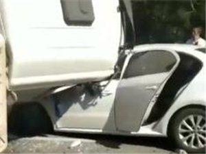 突发!即墨一水泥搅拌车侧翻,两辆小轿车被压