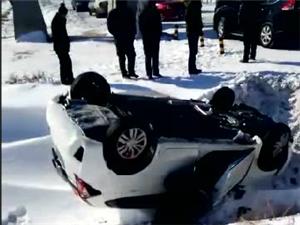 【视频】宾县英杰道口发生车祸,白色轿车四脚朝天?