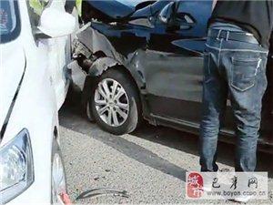 巴彦县南二道街早上车辆肇事现场!撞得可不轻,交警正在现场处理!
