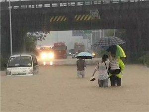 """今天暴雨致安庆瞬间成""""海"""",车辆被淹、道路被封…现场直击!"""
