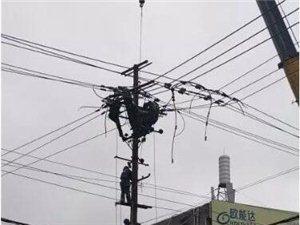 桐城小广场一辆小轿车撞上电线杆,交警冒雨彻夜执守