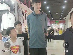 巴彦县天宝金街地下突然出现了一个巨人,身高两米多,听说才13岁!