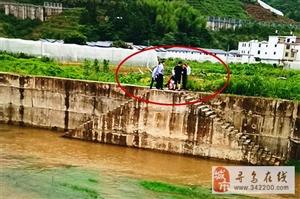 危险!寻乌水源乡一孩子被困河道中央,情况危急民警立即下水解救上岸,英勇救人的行为值得表扬,为他们点赞
