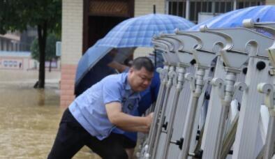 """抗洪抢险:风雨中坚守的城市""""守护者"""""""