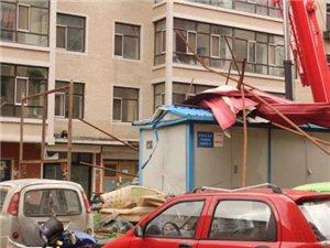 【实拍】宾县今日大风肆虐,掀翻楼顶