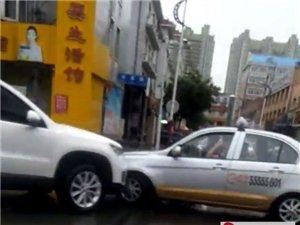 巴彦县三百北胡同道口两车相撞,雨天开车注意安全!