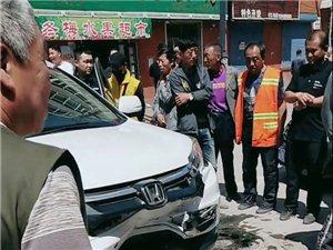 巴彦县兴隆镇秀水家园门口两车相撞,车牌子都撞飞了!