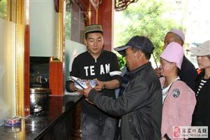 张家川火宴山餐厅为140多名环卫工人提供免费午餐,有人说在炒作和做秀?
