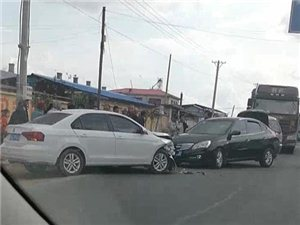 宾县庙岭附近发生车祸,堵车严重