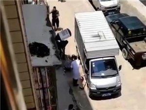 突�l!化州一老人被小��撞入�底