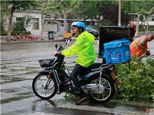 大雨过后,博兴的大街上出现了这样一群人……