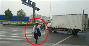 【曝光台】闯红灯、逆行、占用机动车道,请自觉纠正您的行为!