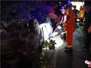 建水消防奋力排解车祸险情 救出4名被困者