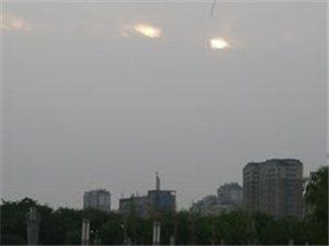 博城上空�@�F�芍淮笱劬Γ�注�著�@被狂�L�E雨冰雹突�u后的人民公�@