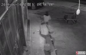 狂炸天!化州三合口惊现盗贼!手提长刀飞踹大门,直搬收银抽屉!