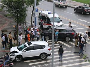 18日上午,大足圣�E北路�c圣�E�|路交叉路口�,�l生�绍�相撞交通事故