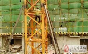 �U!新蔡�h一女子�橛�薪,爬上30多米高的塔吊.......