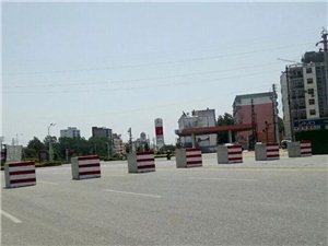 这是谁干的?网友爆料:京九大道百斤石墩被移动,中巴车强行通过...