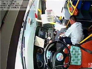 �o急!�v�R店18路公交�上,�擅�乘客突然相�^��倒,司�C�@么做.....