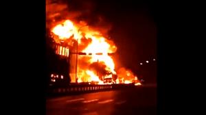 安徽境内两车相撞汽油泄漏引燃民房