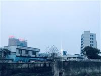 金陵南路电力大厦一旁河边垃圾成堆