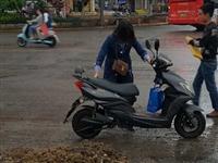 【网友爆料】今天上午在县政府门口,有人骑车摔倒了