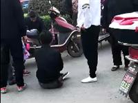 潢川西关街头电瓶车相撞,两人都坐地不起,其中一位疑似逆行...