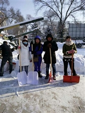 齐齐哈尔市兴华爱国志愿者协会走进西满烈士陵园开展清扫冰雪及爱国主义教育