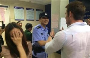 """""""苏畈桥警务站,一名外籍男子在荆门火车站..."""